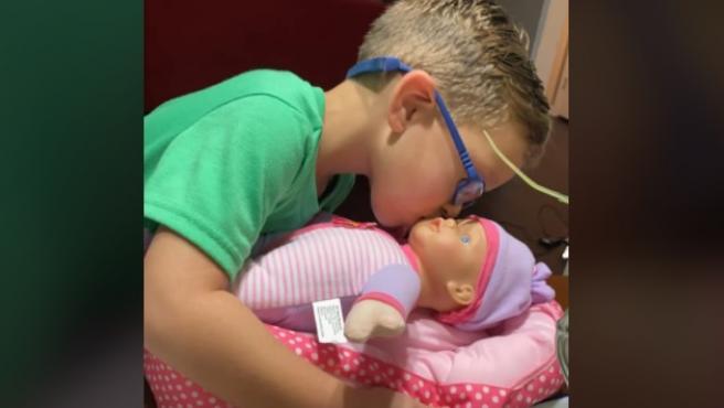 El niño con su muñeca.