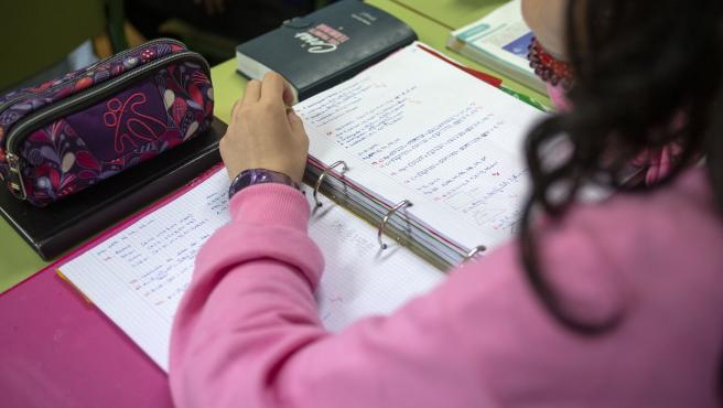 Estudiante gallega con apuntes y estuche en una aula de Galicia