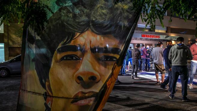 Aficionados a las puertas del hospital de la Plata donde ingresaron a Maradona
