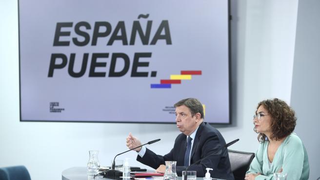 La ministra portavoz y de Hacienda, María Jesús Montero, y el ministro de Agricultura, Pesca y Alimentación, Luis Planas, comparecen en rueda de prensa posterior al Consejo de Ministros en Moncloa, Madrid (España), a 3 de noviembre de 2020.