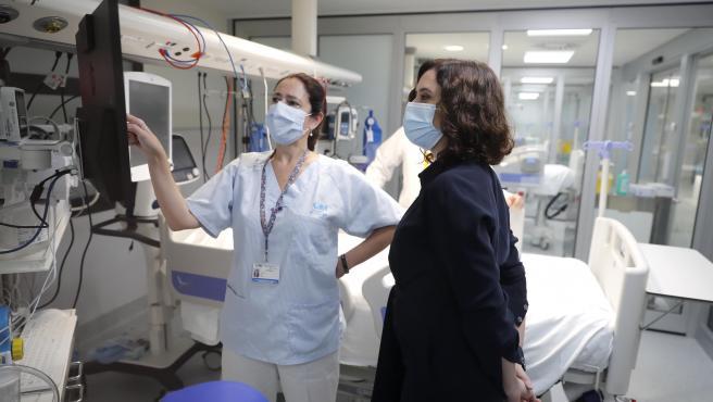 La presidenta Isabel Díaz Ayuso, este martes, en la nueva UCI del hospital Gregorio Marañón.