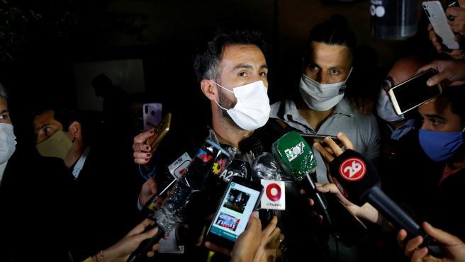 Leopoldo Luque, médico de Maradona, atiende a los medios a la puerta del hospital