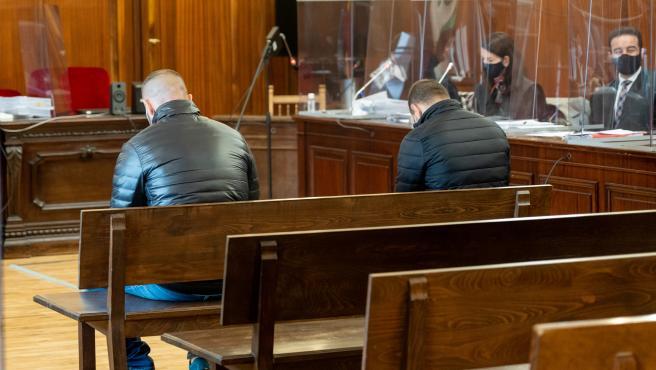 Los dos acusados del asesinato del joyero de Carmona durante el juicio que ha comenzado en Sevilla