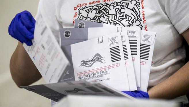 Una trabajadora verifica los datos y las direcciones en las papeletas enviadas por correo, en un centro electoral de Pomona, California (EE UU).