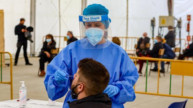 Una sanitaria realiza un test de antígenos para la detección del COVID-19 a un paciente en la en la carpa de la Malvaloca, en la zona básica de Sierra de Guadarrama, en Collado Villalba, Madrid (España), a 26 de octubre de 2020.