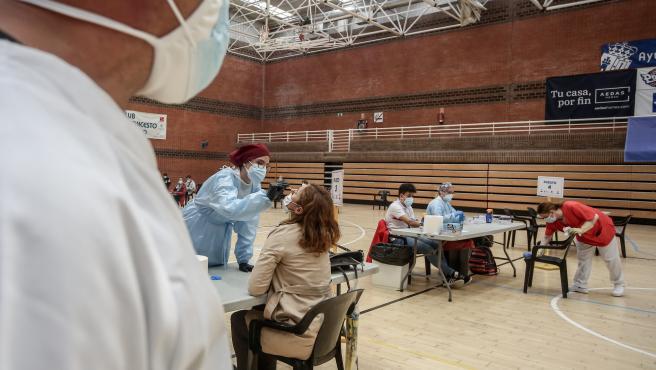 Una vecina de la zona básica de salud de San Juan de la Cruz sale se somete a un test de antígenos para detección del coronavirus en el polideportivo municipal El Torreón, en Pozuelo de Alarcón, Madrid (España), a 3 de noviembre de 2020.