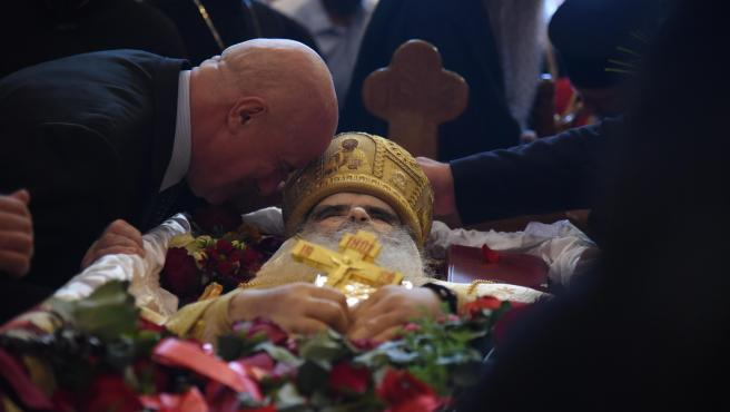 Un hombre llora junto al cadáver del obispo de Montenegro en Podgorica.
