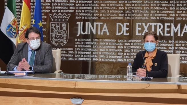 El vicepresidente segundo de la Junta y consejero de Sanidad, José María Vergeles, y la vicepresidenta primera y consejera de Hacienda, Pilar Blanco-Morales