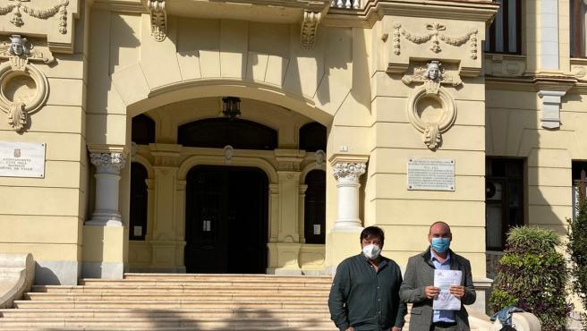 Juan Carlos Pedrosa, presidente de CSIF Málaga, y Francisco González, responsable de Educación del sindicato, tras registrar la petición en el Ayuntamiento de la capital.