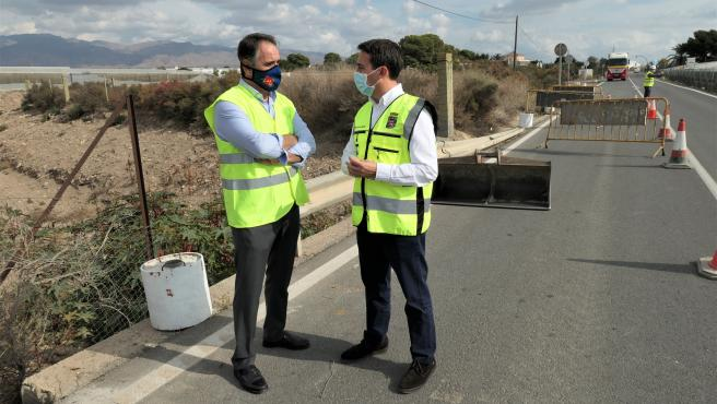 Juan José Segura y Óscar Liria en las obras de drenaje