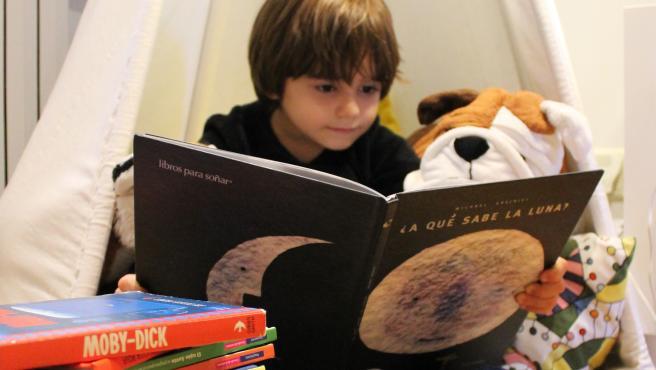 Los más pequeños encuentran en el tipi el lugar ideal para leer.