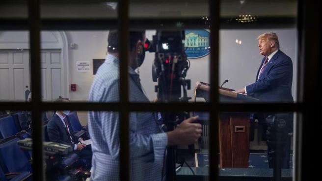 El presidente de EE UU, Donald Trump, grabado por un cámara de televisión mientras comparece en la Casa Blanca.