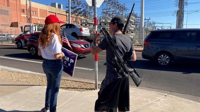 Joshua, un seguidor del presidente Trump que lleva armas de fuego.