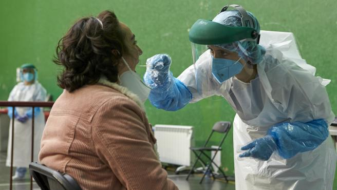 Una dona és sotmesa a una prova PCR
