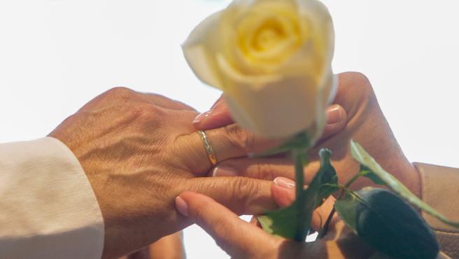 Una pareja se coloca las alianzas en la celebración de su boda (archivo)