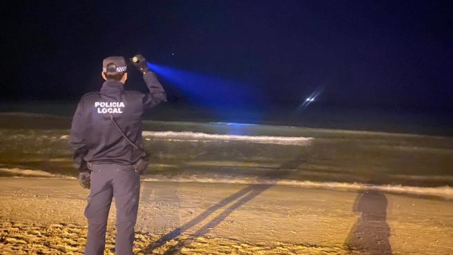 Agente de la Policía Local de Alicante buscando una patera, en una imagen de archivo