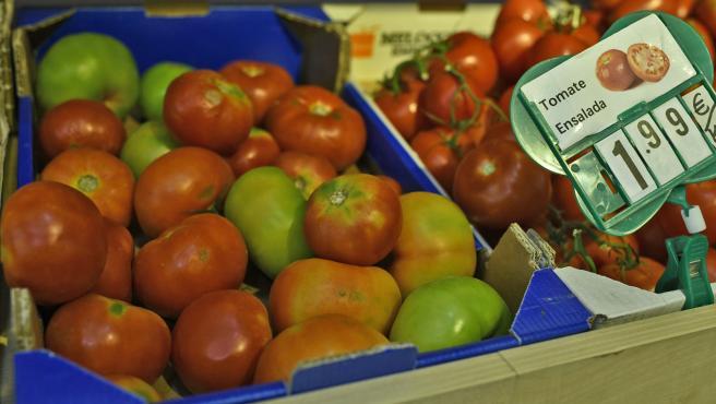 Cajas de tomates variados en un mercado