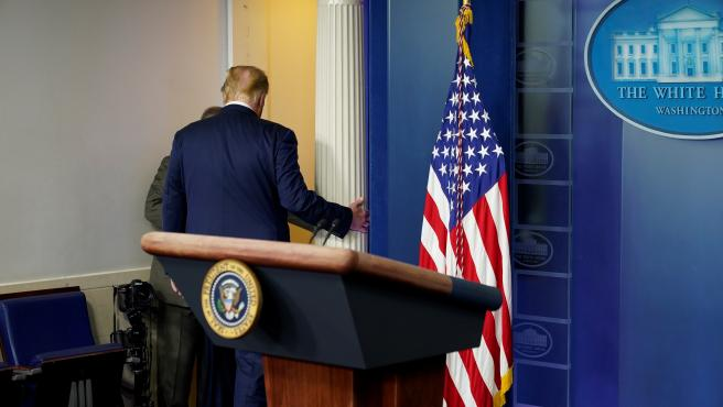 Donald Trump, abandonando la sala de prensa de la Casa Blanca.
