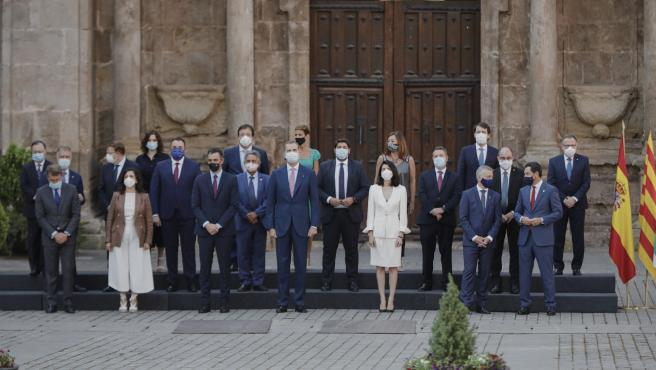 El presidente del Gobierno, Pedro Sánchez; el Rey Felipe VI, y la presidenta del Senado, Pilar Llop, en el centro de la foto de familia de los asistentes a la XXI Conferencia de Presidentes en l Monasterio de Yuso de San Millán de la Cogolla.