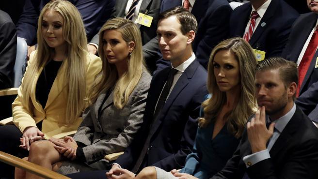 Tiffany Trump, Ivanka Trump y su marido Jared Kushner, y Eric Trump junto a su mujer, Lara Trump.