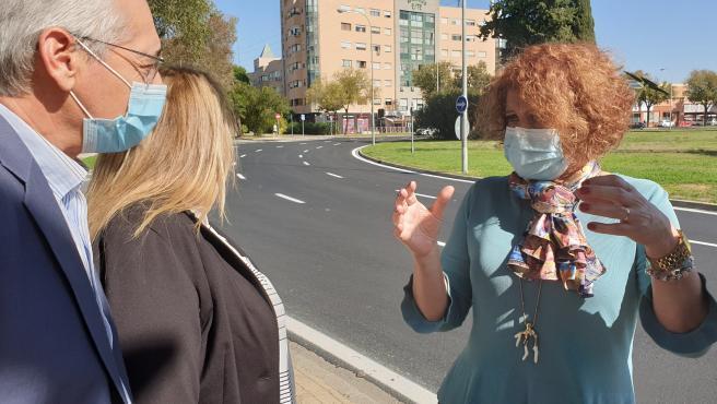 La delegada del Distrito Este-Alcosa-Torreblanca, Adela Castaño, en su visita a los trabajados en el colector de la Avenida Luis Uruñuela.