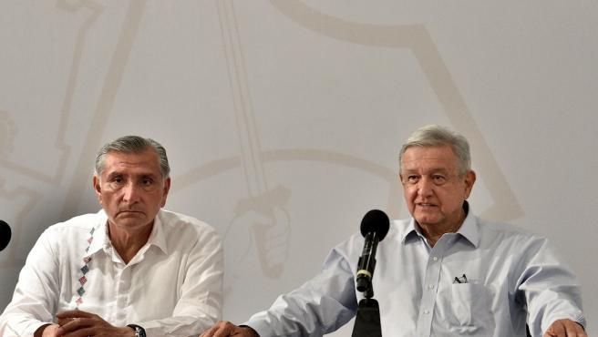 El presidente mexicano, Andrés Manuel López Obrador (d), acompañado del gobernador de Tabasco, Adán Augusto López Hernández (i), durante una rueda de prensa en la ciudad de Villahermosa, en el estado de Tabasco (México).