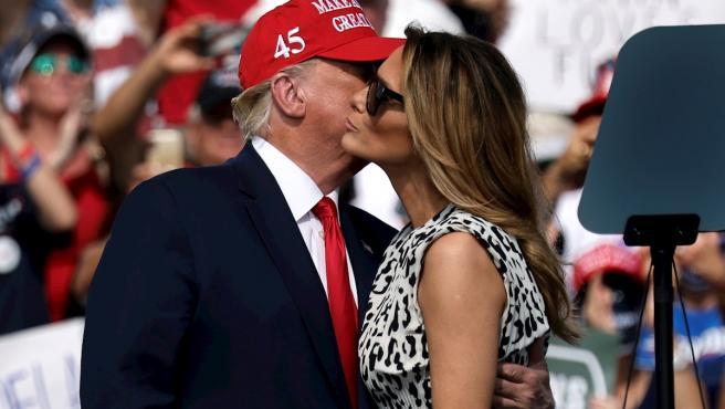 La primera dama, Melania Trump, besa a su marido durante un mitin de campaña electoral.