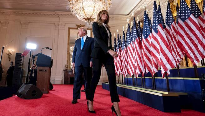 El presidente de Estados Unidos, Donald Trump, y la primera dama, Melania Trump, abandonan la sala de la Casa Blanca tras el discurso ofrecido la noche electoral.