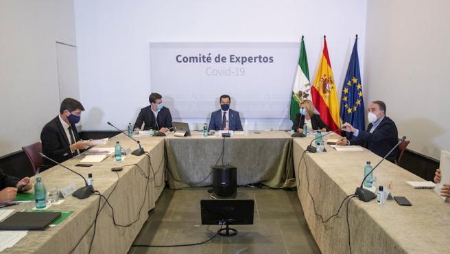 El presidente de la Junta, Juanma Moreno (c), durante la reunión que el Gobierno andaluz ha mantenido este domingo con el comité de expertos para evaluar la situación de la pandemia en Andalucía.
