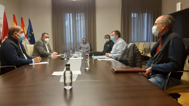 El presidente de la Diputación de León, Eduardo Morán, durante la reunión mantenida este lunes junto a los representantes del sector remolachero azucarero.