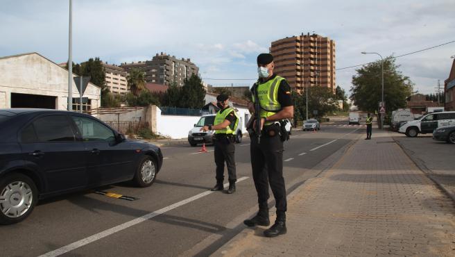 Guardias civiles controlan las carreteras de Calahorra, La Rioja (España)