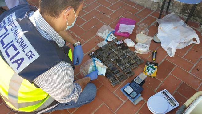 La Policia Nacional desarticula dos punts de venda de droga en domicili que se salda amb quatre detinguts