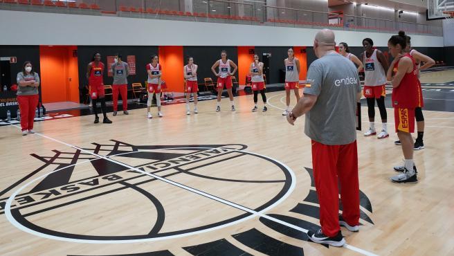 Lucas Mondelo y la selección femenina de baloncesto