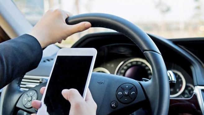 El Gobierno va a endurecer con nuevas sanciones el uso del móvil al volante.