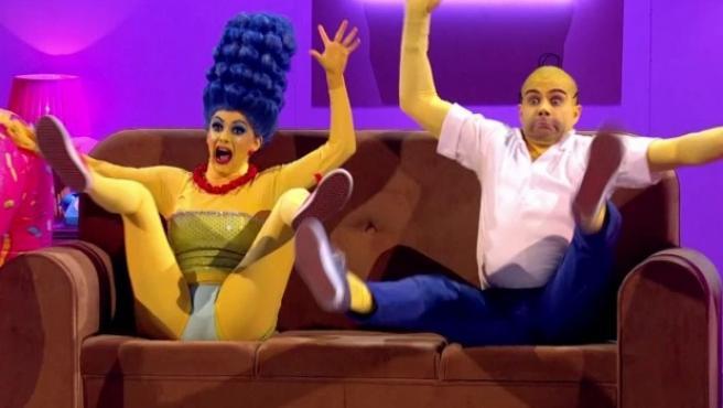 Max George y su compañera de baile, Dianne, en Couples' Choice, caracterizados como Los Simpson.
