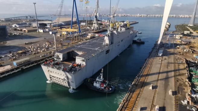 El buque Juan Carlos I entrando en dique en Navantia Puerto Real