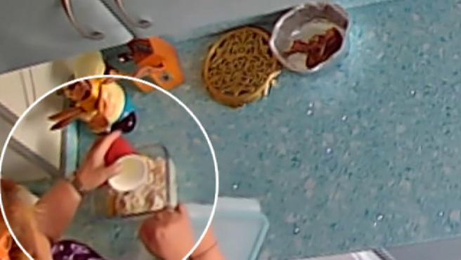 Una mujer cocinaba para toda la familia y empezó a verter lejía y otros productos tóxicos.