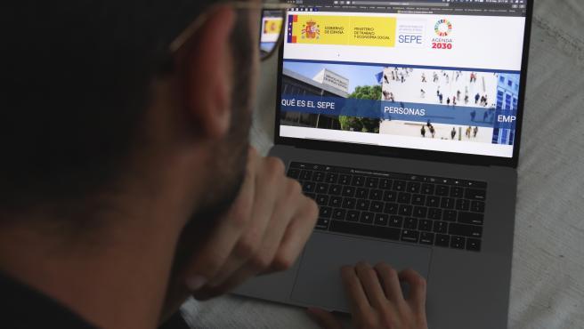 Un hombre mirando la página web del SEPE.