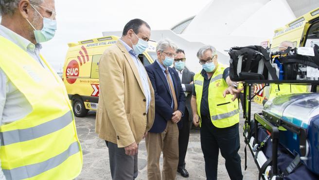 Los consejeros de Sanidad y Administraciones Públicas del Gobierno de Canarias, Blas Trujillo y Julio Pérez, observan las nuevas ambulancias del SCS