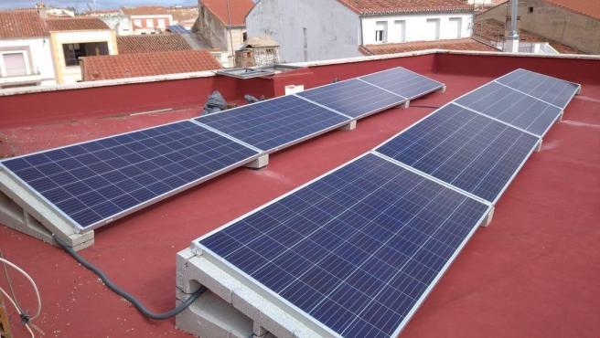 Paneles solares instalados en un edificio.