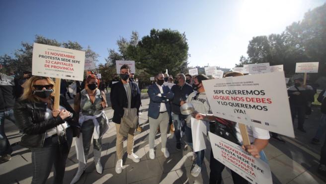 Protesta de autónomos ante la sede del SEPE en Barcelona.