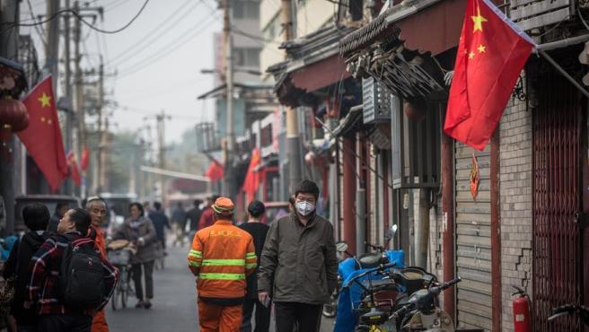 Un hombre con mascarilla por el coronavirus, en el barrio de Hutong, en Pekín (China).
