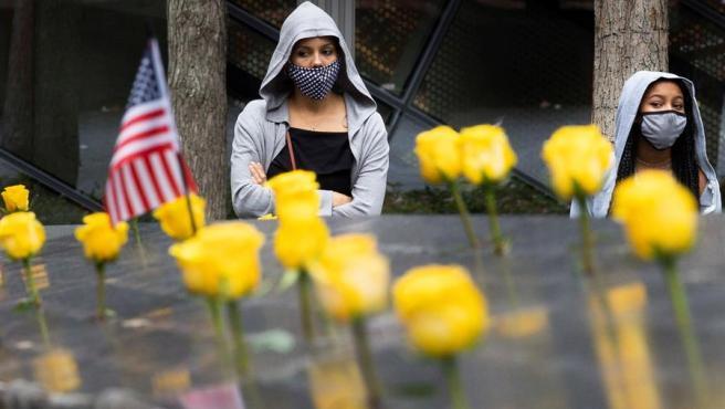 Dos mujeres con mascarillas por el coronavirus, durante un acto en Nueva York (EE UU) en el Día de los Veteranos, el 11 de noviembre.