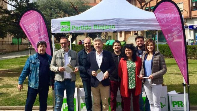 Fotografía del acto de presentación de la candidatura de Lardero, donde aparecen Rubén Antoñanzas y el candidato del PR a la Comunidad Autónoma con los logos de UPyD y del PR