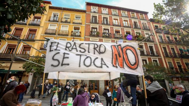 Varias personas sostienen un cartel en el que se lee 'El Rastro no se toca' en una nueva manifestación de comerciantes.