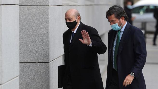 El exministro del Interior Jorge Fernández Díaz (izq) llega a la Audiencia Nacional este viernes.