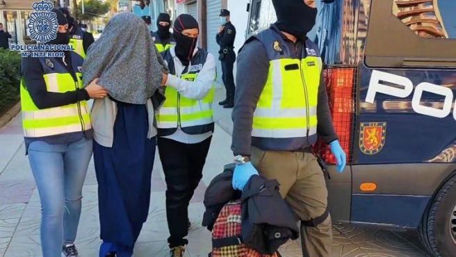 Agentes de la Policía Nacional se llevan a la joven detenida.
