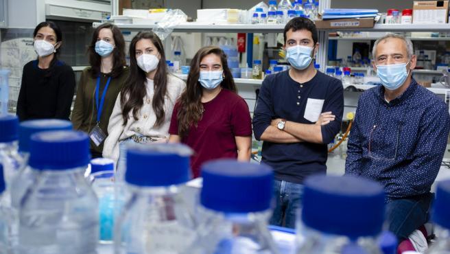 Silvia Salas y Rafael R. Daga junto a su equipo de investigación
