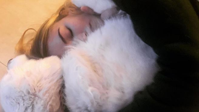 Alba Carrillo, abrazada a su perro Lunes.