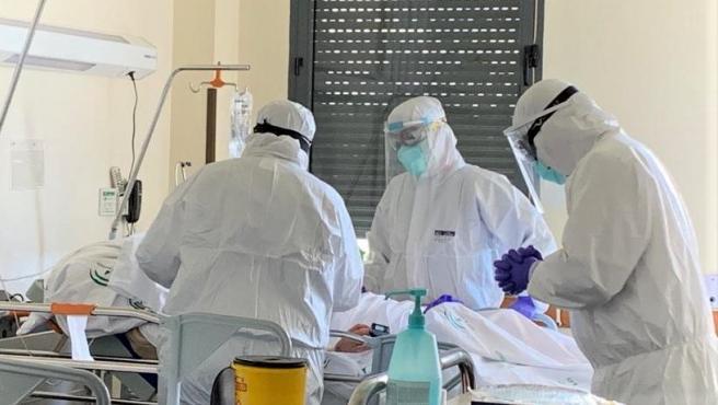 Varios sanitarios atienden a un paciente de Covid-19 en el Hospital Universitario Juan Ramón Jiménez, en Huelva.